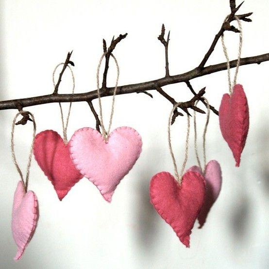 Corações em feltro  Pensa que amor nao nasce em árvore