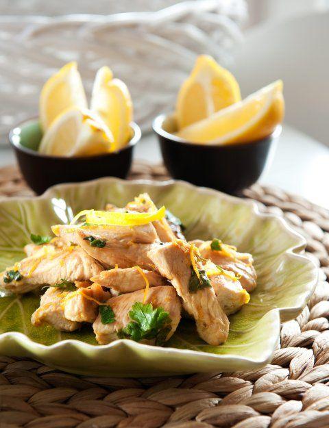 Piersi kurczaka pokrój w wąskie paski, Oliwę rozgrzej na patelni i zeszklij cebulę, dodaj czosnek. Po chwili dodaj paski kurczaka, mieszając smaż około 10 minut, aż mięso będzie miękkie. Dodaj skórkę z 1cytryny i cały sok. Zostaw, żeby się zagotowało, a następnie zdejmij z ognia, dodaj pietruszkę, dopraw solą i pieprzem. Posyp cienko okrojoną skórką z cytryny. Podawaj z ósemkami cytryny i świeżą ciemną bagietką.