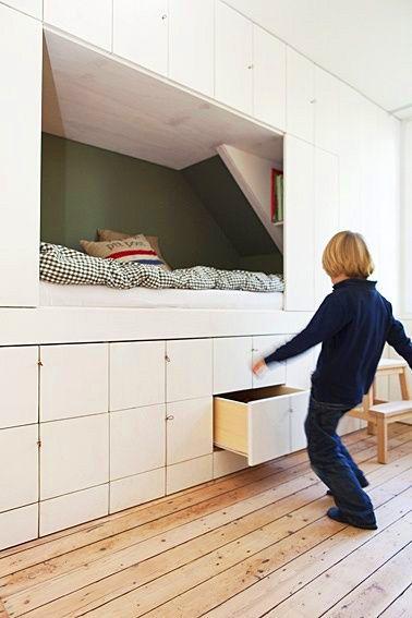 créer un lit entouré d'étagères pour gagner de la place