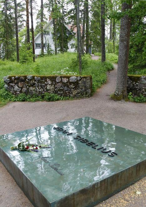 Sibeliusten muistokivi Ainolassa. Finland