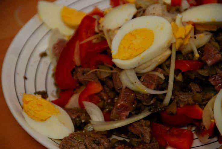 Salata de vita ratacita- Si cine a spus ca o salata trebuie sa fie fara gust, numai buna de taiat pofta de masa? Bucatari cum suntem noi, stim mai bine ce sa ratacim prin ea ca sa fie si satioasa, si gustoasa, si sa-i aducem pe toti devreme acasa.