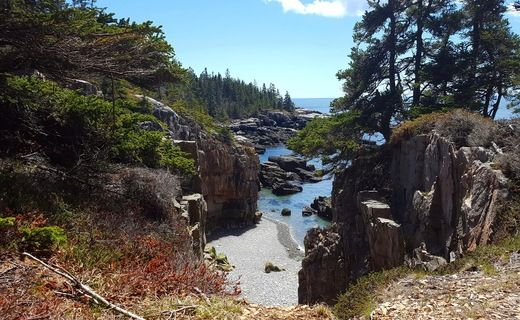 Perched at one of our favorite hidden gems at Acadia National Park: The Raven's Nest, an unmarked spot off Schoodic Peninsula's loop road. (Photo via Instagram: munjoyboy)