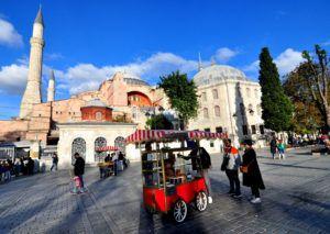 Sultanahmet'teki Ayasofya Meydanı, keyifli bir yürüyüş ve fotoğraf çekmek için harika bir yerdir.
