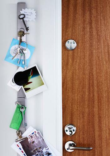 キッチンで使うマグネットナイフラックを使って、手軽な鍵置き場を。金属製の鍵ならそのままラックにくっつけられるので、とっても便利です。