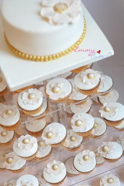 Small wedding cake with cupcakes — Round Wedding Cakes