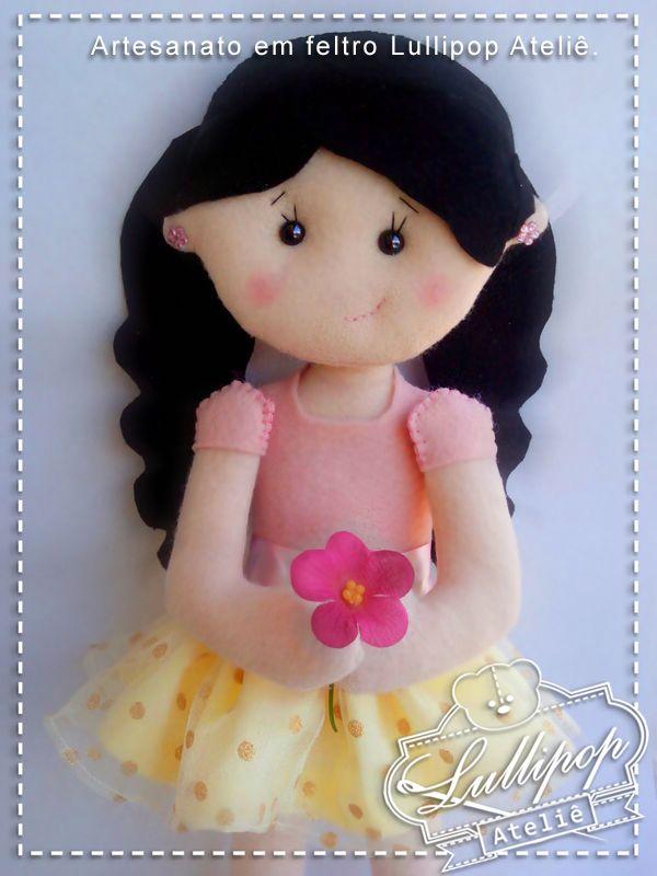 Bonequinha com flor. Artesanato em feltro Lullipop Ateliê. By Elaine Cristina Braga.