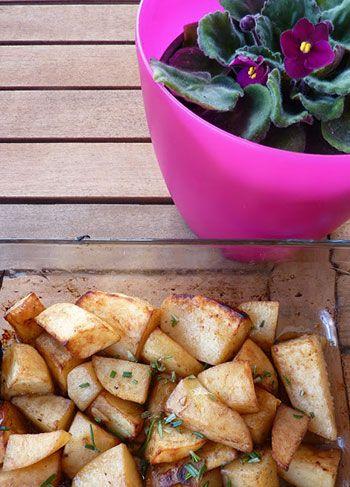 As Receitas da Patanisca: Batatas assadas com aroma de alecrim, tomilho e limão.   Veja a receita enteira em: http://www.batatasdefranca.com/receitas/acompanhamentos.html#!prettyPhoto[batatas_alecrim_tomilho_limao]/0/  #Batata #Receita #Comida #Acompanhamentos #Alecrim #tomilho
