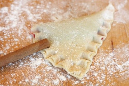 "How to make a pretty ""ruffled"" edge on a pie crust.  From Auntie Ruthie"
