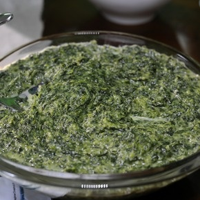Clinton Kelly's Creamed Spinach: This delicious creamed spinach recipe makes a great addition to any meal during the holiday season! Simple but scrumptious!