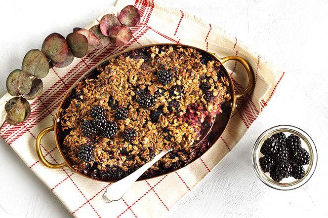 Bakad granolagröt med björnbär - ett smakfullt nytag på frukostgröten.