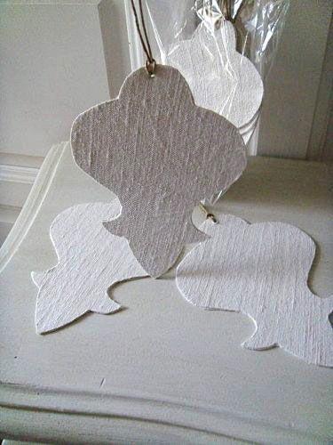 Pampilles en lin ancien Sachet de 3 superbes pampilles réalisées dans du lin ancien blanchi.  Des pampilles à accrocher partout, sur les poignées de porte, sur les fenêtres dans le sapin, etc.  Elles mesurent 14 cm de haut et le tissu est double face sur www.lemondederose.com