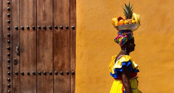 Palenquera con frutas. Hotel Las Américas Resort, Cartagena, Colombia.