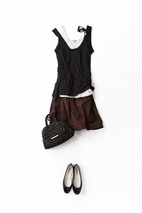 """定番の白×黒×ブラウン。ゆったりタンク×ふんわりスカートの""""どこも絞めない""""シルエットを、配色で大人っぽく仕上げてみました。サングラスをかけて、かっこいい気分で街を歩きたい。暑いけど。"""