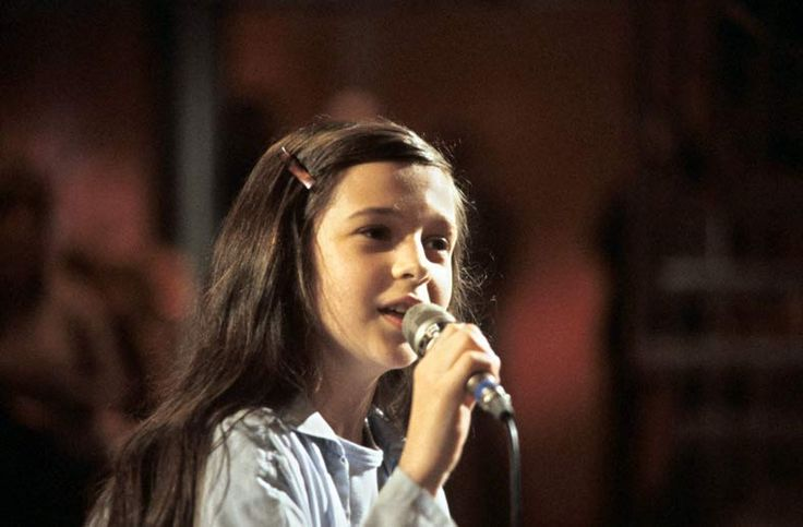 """Andrea Jürgens begann ihre Karriere als Sängerin bereits in sehr jungen Jahren. Mit 10 Jahren hatte sie ihren ersten Fernsehauftritt in der ARD-Silvestergala """"Am laufenden Band"""" mit Rudi Carrell beim Jahreswechsel 1977/78. (Quelle: dpa)"""