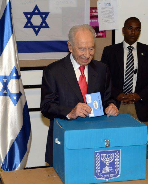 Israeli President Shimon Peres votes in the 2013 Elections