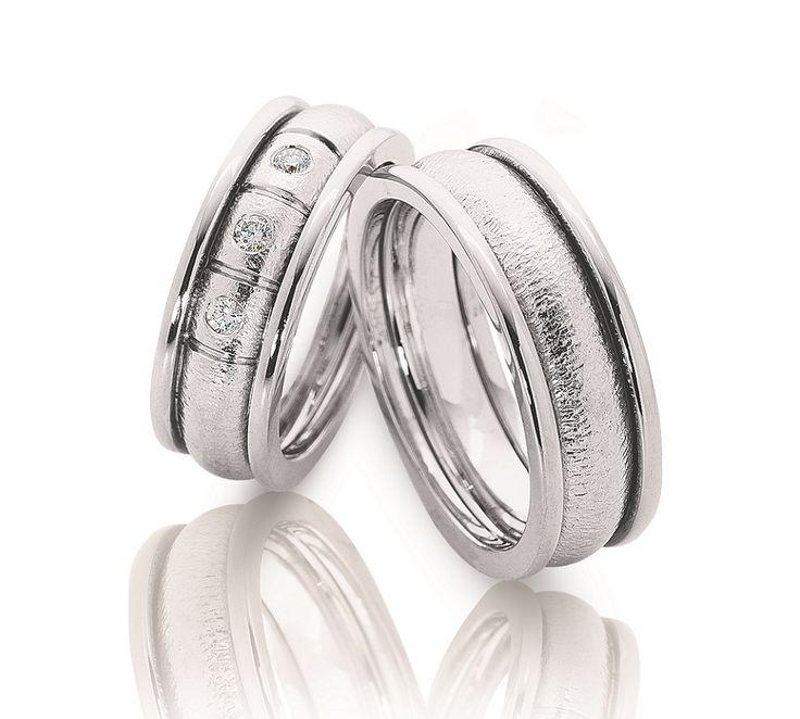 Smukke NURAN vielsesringe i 14 karat hvidguld. Ringene er designet med en blank og en mat overflade, hvilket giver en flot effekt. Dameringen har desuden 3 smukke diamanter isat. #nuran #vielsesringe #smykker