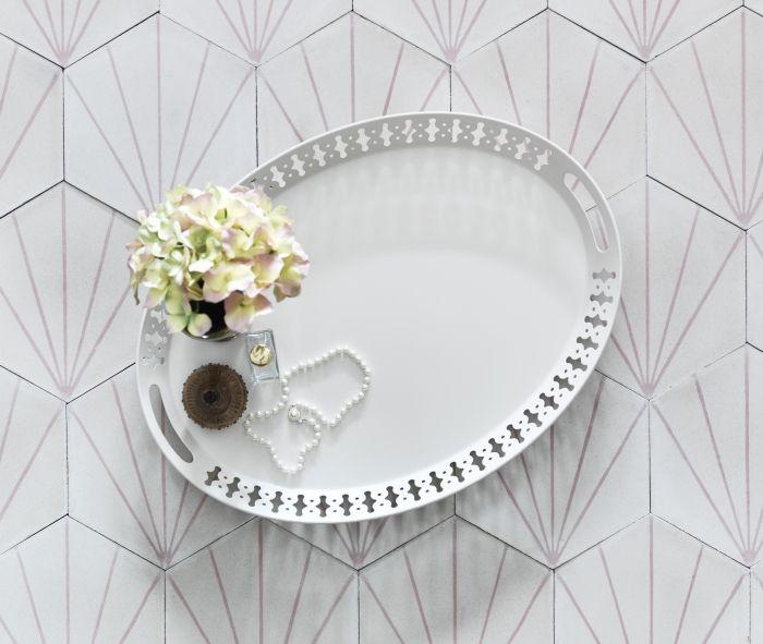 Serve up some romance on the ROMANTISK tray!