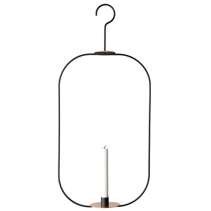 Hank Vertikal lysekrone designet av Kristina Stark. Lysekronen består kun av ett lys og gir et magis...