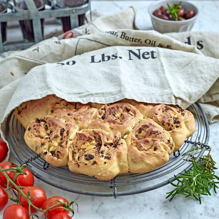Brytbröd med oliver är en given favorit på buffén.