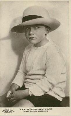 Lord Lascelles ist ein Sohn der englischen Princess Royal Mary und des Viscount Lascelles, also ein Cousin der jetzigen britischen Queen.