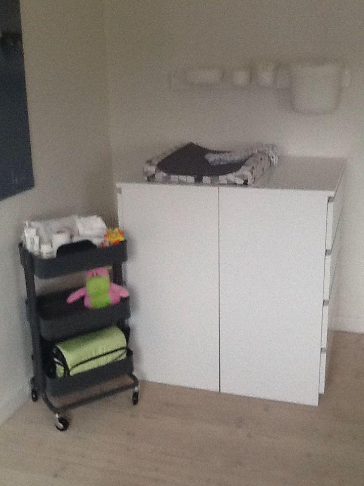 Pusle hjørne #1 Malmkommoder (4 skuffer) vendt mod hinanden. Rullebord og plastsæt på væg fra ikea.