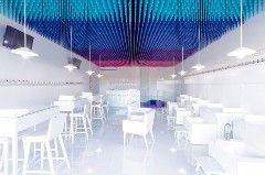 Новый маникюрный салон Nail IT в мексиканском городе Сапопан архитектурное бюро Estudio ALA оформило против всех правил: небольшой салон красоты совсем не по-мексикански сдержан и зонирован по вертикали.Основное пространство абсолютно стерильно: белый глянец не отвлекает мастеров от работы и демонстр
