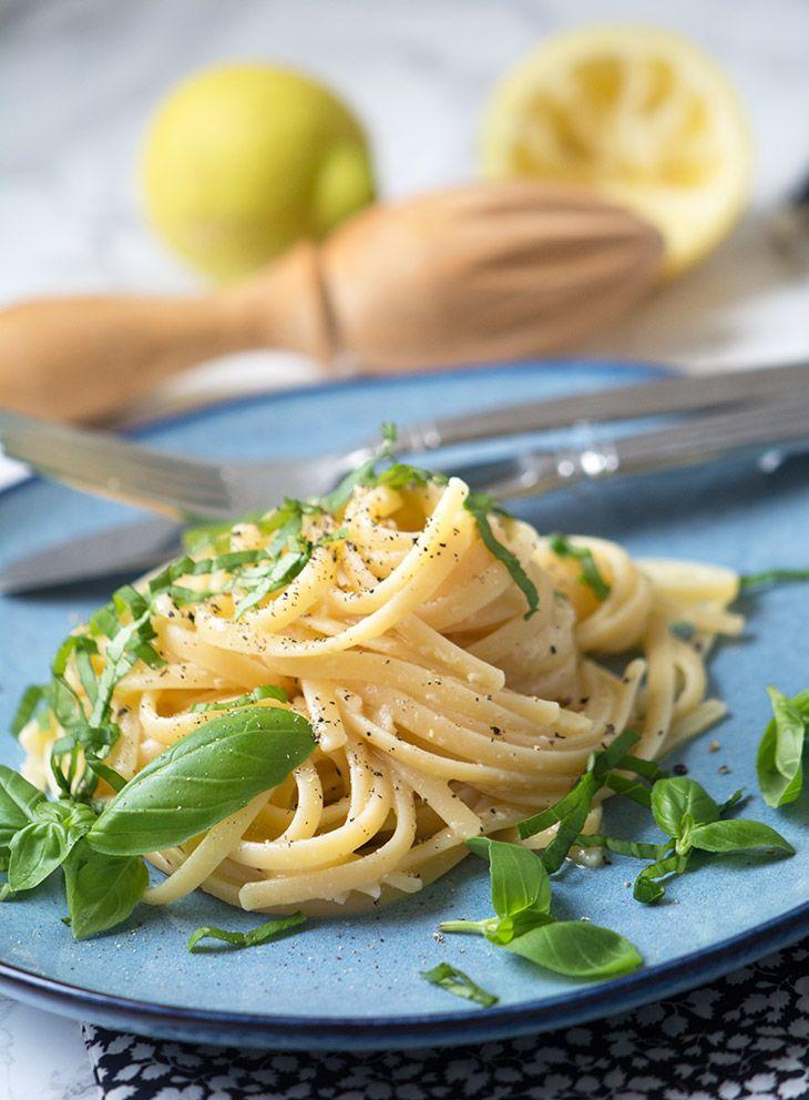 Citronpasta er en enkel pastaret med citron og basilikum - perfekt som forret eller til som nemt lækkert tilbehør til fx laks - få opskrift her