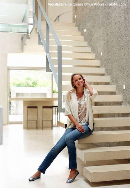 escalera de gruesos escalones de concreto separados