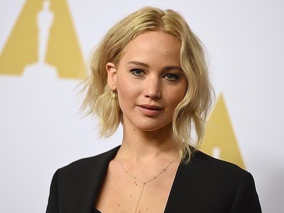 Jennifer Lawrence con bob asimétrico y rubio platino, tendencia esta primavera.
