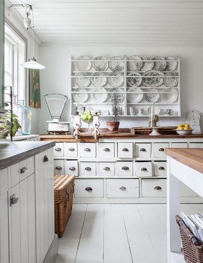 Sfeervolle keuken met heel veel kleine laadjes...