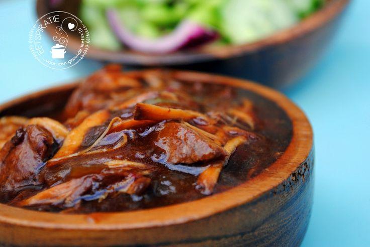 Dit lekkere gerecht met honing, soja en kip is een perfect gerecht om te bereiden in de slowcooker. De kip wordt heerlijk zoet en zacht.