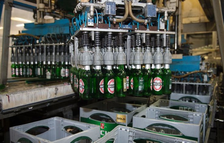 """Schadensersatz für Biertrinker: Beck's ist US-Verbrauchern nicht deutsch genug //  Wann ist ein Import-Bier ein Import-Bier? Amerikanische Beck's-Trinker fühlen sich durch Aufdrucke wie """"Deutsche Qualität"""" getäuscht - denn für den US-Markt lässt die Brauerei in den USA produzieren. Jetzt könnten sie Schadensersatz bekommen."""