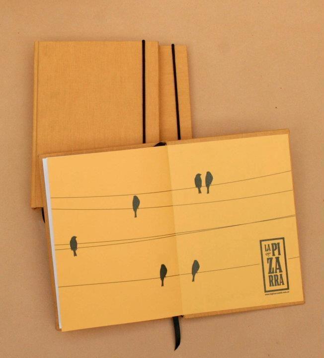 Cuadernos Siesta. Tamaño A5, 80 hojas, cosido y encuadernado a mano, tiene elastico de cierre y señalador. Colores: turquesa, verde, maiz y violeta y 3 diseños de guarda para elegir