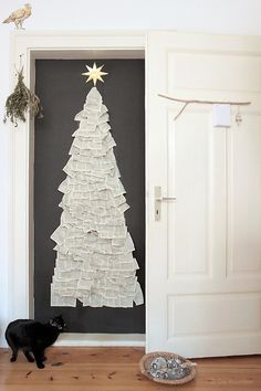 Die Raumfee: Weihnachtsbaum an der Wand aus altem Buch // Christmas tree on the wall, made from old book