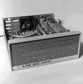 În 1975 a fost realizat primul calculator personal Altair. Acesta conţinea un microprocesor 8080, o sursă de alimentare, un panou de comandă cu multe beculeţe şi cu 256 octeţi de memorie.