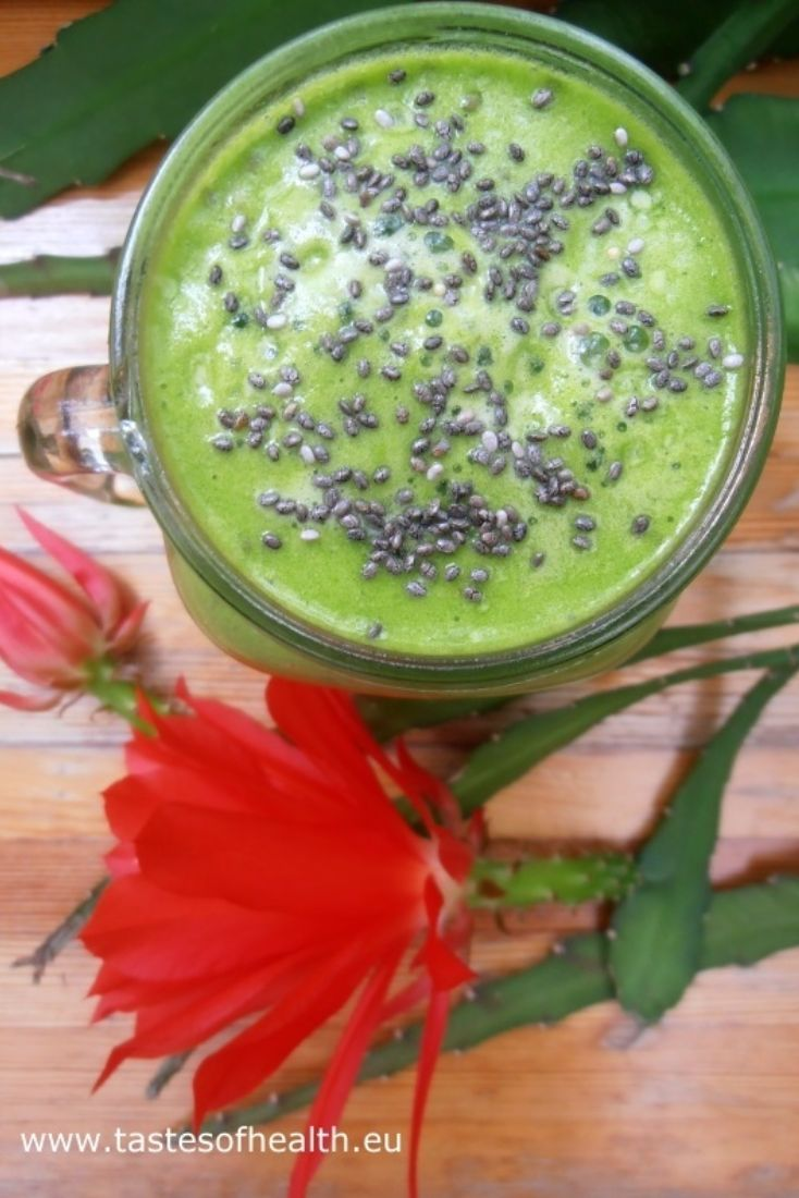 A healthy recipe for a pineapple smoothie with spinach. This spinach smoothie topped up with chia seeds is a healthy breakfast idea.
