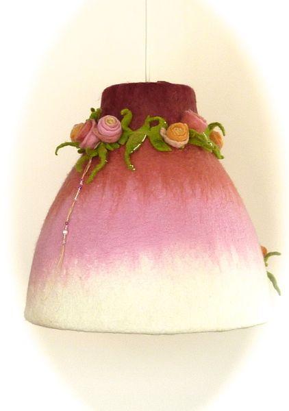 Diese zauberhafte Lampe für kleine (oder große?) Prinzessinnen zaubert jedes Kinderzimmer in die Welt der Märchen und Sagen. Ob sie an wilde Rose...