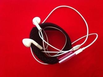 Cantalar ve aksesuarlar kategorisinde spor bileklik: İçi dolu bile olsa, özel tasarımında iPod, kulaklık ve hatta toka için her zaman köşede yer var!
