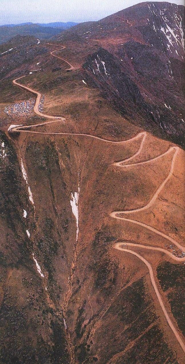 Estrada para o topo do Pico Pikes, Colorado, USA. O pico está a 4.327 m acima do nível do mar.