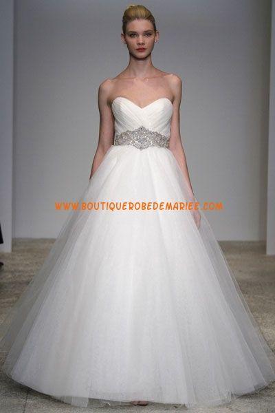 Robe de mariée blanche ornée de perles