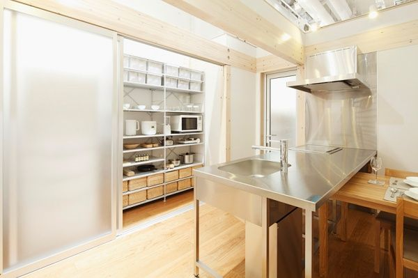 背面収納に、扉付きのパントリーをかねたキッチンクローゼットがあると、見えない場所に多くの食品&キッチン用具をしまうことができて美しい。