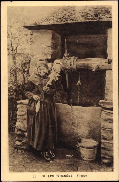 Postcard Costumes des Pyrénées, vue générale d'une Fileuse