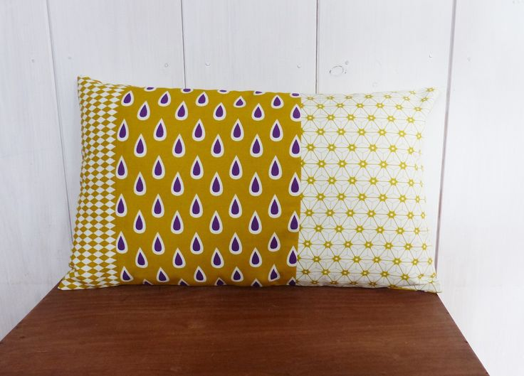 Housse de coussin 50 x 30 cm patchwork de tissus Jaune moutarde et Violet GOUTTES, Etoiles et losanges : Textiles et tapis par zig-et-zag