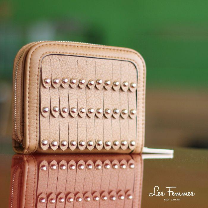 Zaviera, wallet mini yang simple dengan desain berlapis dan ornamen studs. Detail wallet : • Tersedia 6 warna • Ukuran 19*2*10 cm • Harga 119,000  Order via : Website : www.lesfemmes.co.id LINE : lesfemmesbags SMS / WA : 081284789737 Email : care@lesfemmes.co.id  Happy shopping!  #shopping #wallet #ladies #women #lesfemmesindonesia
