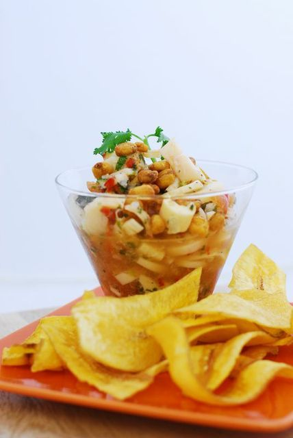 Ceviche Vegano: Palmitos, Cebolla Roja, Tomate Cherry, Cilantro, Pepino, Pimentón Verde, Jugo de Limón, Aguacate, Maíz Crujiente y Plátanos.