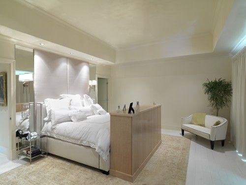 Dieses Master-Schlafzimmer weiß getünchten Boden bis zur Decke Blick unterstreicht seinen spärlichen Reiz. Foto: Brookside Custom Homes, LLC.