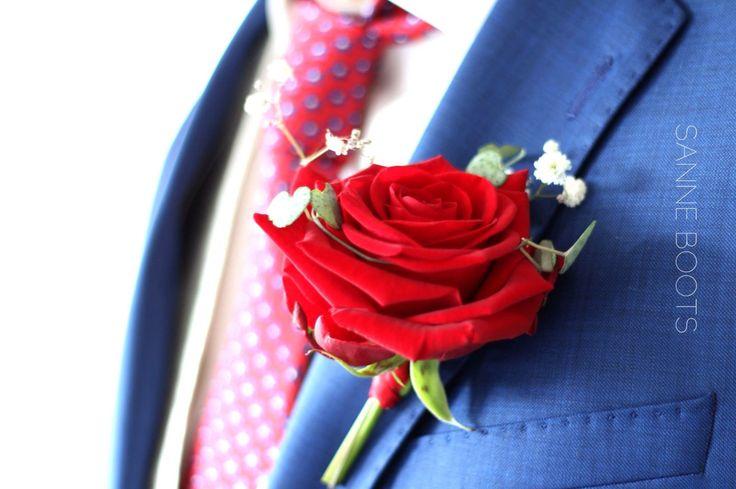 Super mooie, fluweel rode roos. Deze corsage is prachtig!