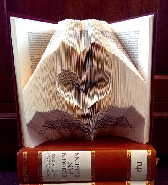 Hjärtat inuti två händer - Alla hjärtans dag - Folded bokkonst - Pojkvän gåva - flickvän - årsdag - bröllopspresent - handgjord present