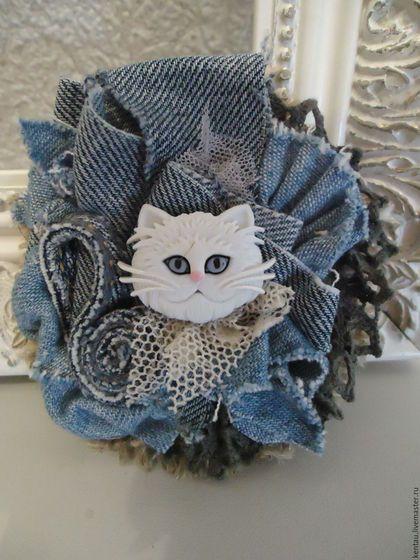Купить или заказать Брошь 'Джинсовый котик' в интернет-магазине на Ярмарке…