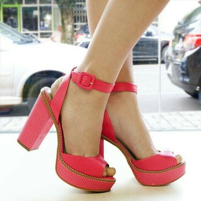 N7821  #repost -- @sapato_show: Nas quartas usamos pink! Esse modelo de sandália da Tanara tem o salto grosso meia pata confortável se adapta a pés de qualquer formato além de ser um arraso! Não é a toa que é um dos destaques da campanha de verão!